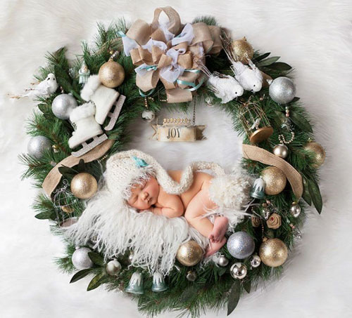 Charming Newborn Christmas Photo - Christmas Wreath Newborn Picture